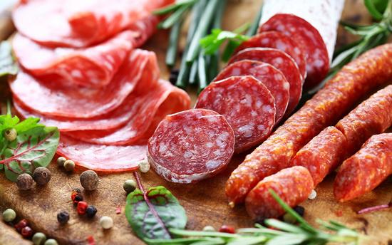 Когда сырокопченая колбаса вредит?