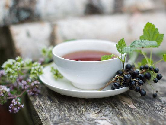 Чай можно готовить из свежей, замороженной или высушенной смородиновой листвы