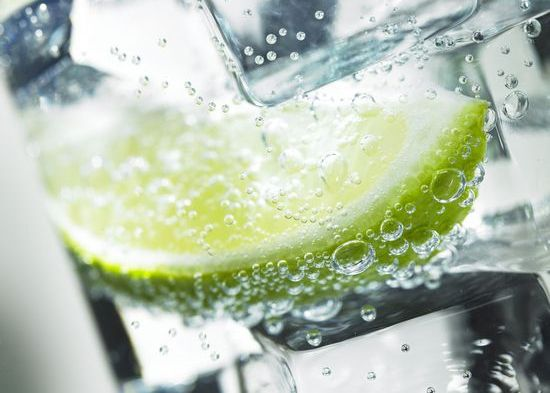 Газированная минеральная вода с лимоном