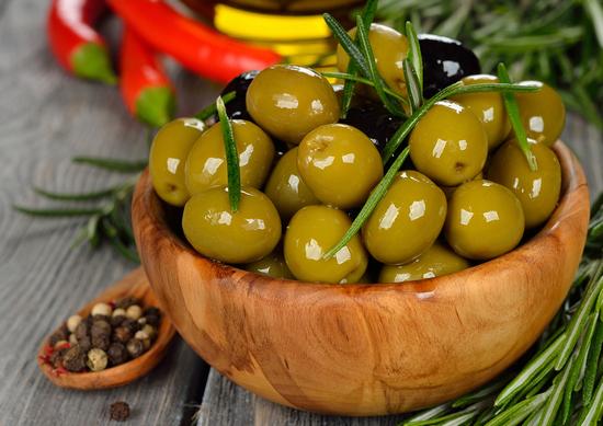 Оливки консервированные: польза и вред для организма